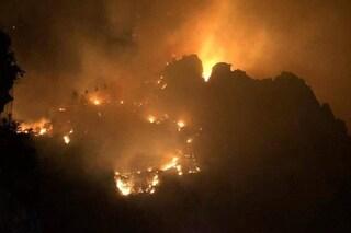 Vasto incendio a Ischia, le fiamme minacciano le case: paura per i residenti