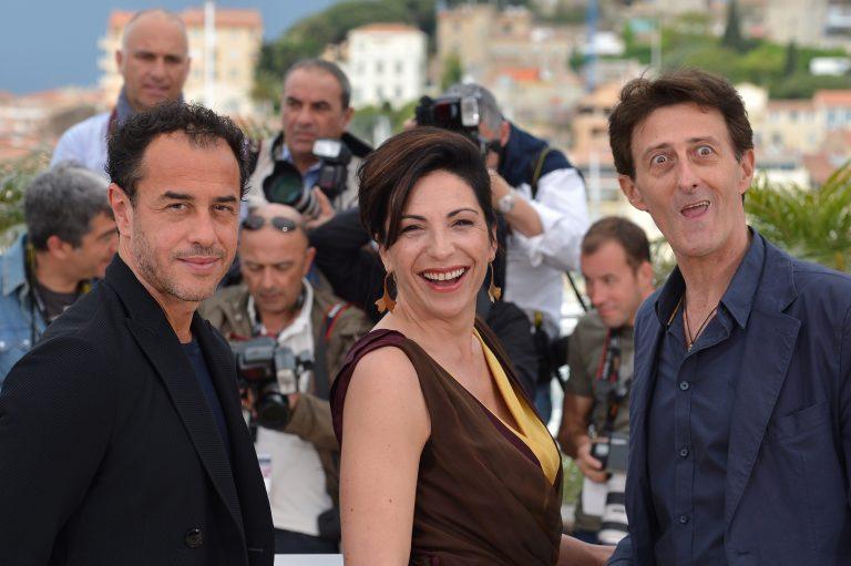 Loredana Simioli, assieme al regista Matteo Garrone (a sinistra) e l'attore Nando Paone (a destra).