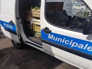 Chiaia, frutta venduta in strada esposta allo smog: sequestrati e distrutti 90 chili