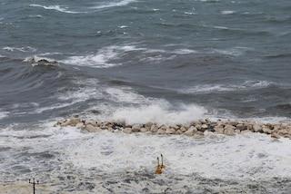 Ha un malore mentre nuota in mare: donna di 64 anni muore a Portici