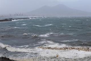 Allerta meteo a Napoli e in Campania: forti raffiche di vento e mare agitato