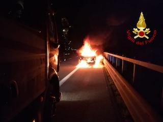 Auto in fiamme nella notte a Pozzuoli, paura tra i residenti: si indaga per incendio doloso