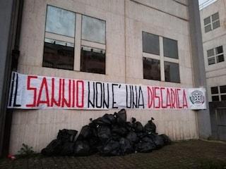 """""""Il Sannio non è una discarica"""" e sacchi neri: la protesta di CasaPound alla provincia di Benevento"""