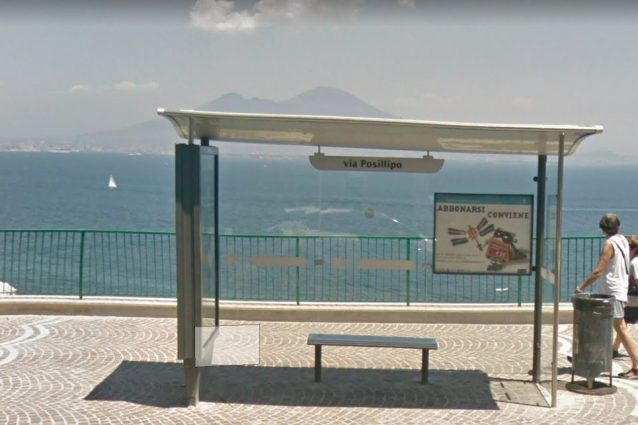 Fermata bus a Napoli, in via Posillipo