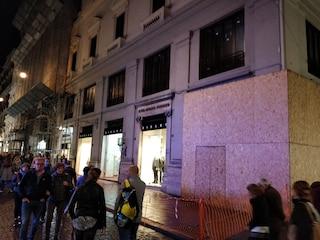 Paura alla Galleria Umberto I di Napoli, cade un pezzo di un cornicione in strada
