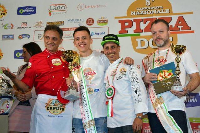 La premiazione del podio per la pizza senza glutine: Christian Manolache (1° posto), Raffaele Gentile (2°) e Alfredo Caliendo (3°). [Foto / Campionato Nazionale Pizza Doc]