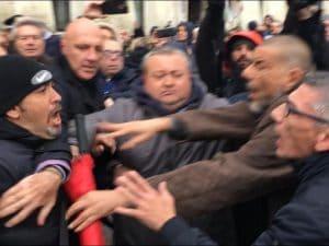 Un momento dei tafferugli a Caserta. [Foto / Fanpage.it]