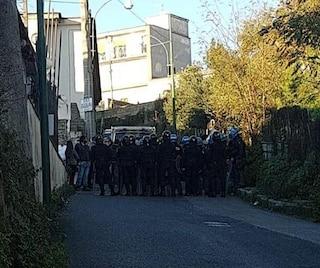 Camaldoli, scontri tra polizia e cittadini per lo sgombero di 2 ville abusive: 2 agenti feriti