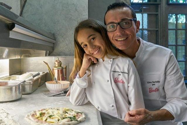 Gino Sorbillo e la figlia Ludovica con la pizza ispirata a Barbie