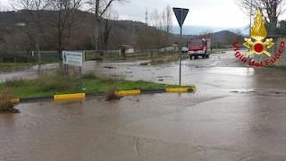 Rotta una conduttura idrica, molti comuni dell'alta Irpinia rimangono a secco: Statale 164 allagata