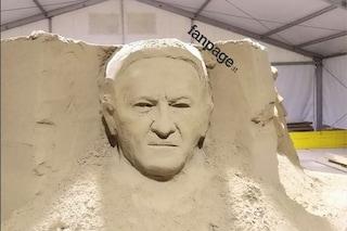 Sorpresa a Salerno, tra le statue del presepe di sabbia ce n'è una con il volto di Vincenzo De Luca
