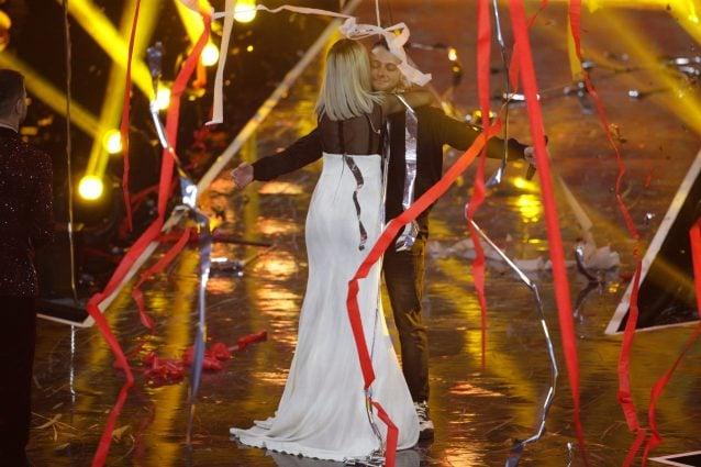 L'abbraccio tra Naomi Rivieccio e Marco Anastasio, dopo la proclamazione del vincitore di X–Factor 2018. [Foto / Lapresse]