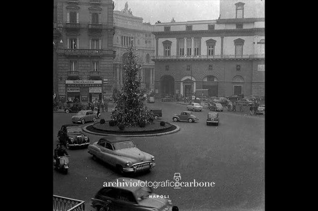 L'albero di Natale in piazza Trieste e Trento a Napoli, nel 55. Foto Archivio Carbone