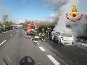 I Vigili del Fuoco impegnati a spegnere le fiamme di una delle vetture incendiate dai malviventi.