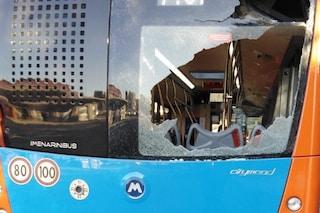 Vandali distruggono nuovo bus Anm della linea 182