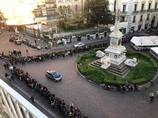 Folla per ClioMakeUp che apre a Napoli: centinaia in fila a Chiaia
