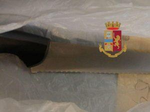 Il coltello utilizzato durante l'aggressione e sequestrato dai poliziotti.