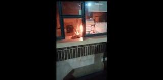 Napoli, vandali danno fuoco alla biglietteria della stazione Traiano della Circumflegrea