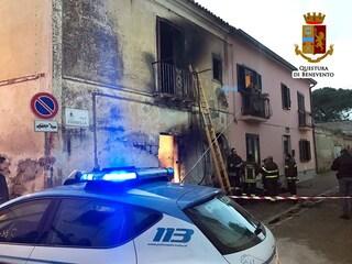 Amorosi (Benevento), 61enne muore in un incendio in casa: i suoi cagnolini vegliano la salma
