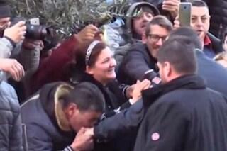 """Salvini accolto dalla folla ad Afragola, baciamano e urla: """"Non farci pagare la scorta a Saviano"""""""