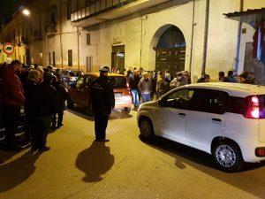 La folla davanti alla casa in cui è stato ucciso il bimbo a Cardito (Foto Peppe Pace)