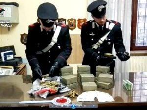 I diciassette chili di droga recuperata dai Carabinieri a San Giovanni a Teduccio.