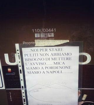 La risposta dei napoletani al cartello sul cassonetto dei rifiuti a Pordenone