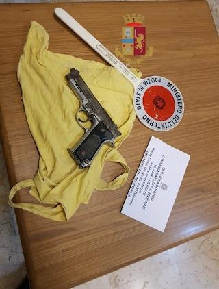 """Napoli, le pistole da usare per le """"stese"""" nascoste nell'area archeologica di Forcella"""
