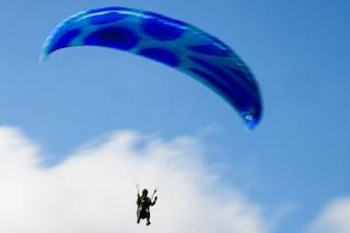 Pontecagnano Faiano, vola col paracadute a 67 anni, ma precipita al suolo:  in fin di vita