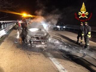 Avellino, auto e tir a fuoco sull'autostrada A16: famiglia salvata dai vigili del fuoco