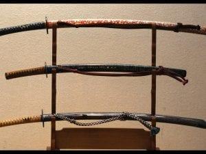 Tre esemplari di katana, le spade tipicamente giapponesi con impugnatura a due mani ed in genere associate ai Samurai. [Foto di repertorio]