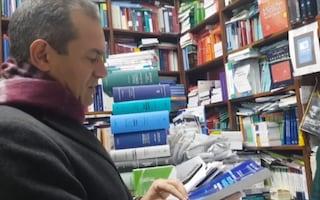 De Magistris show: regala un manuale di Diritto della navigazione a Salvini, Di Maio e Toninelli