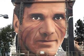 Scampia, il murales di Jorit con Pier Paolo Pasolini all'uscita della metropolitana