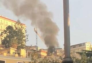 Incendio al Vomero, una nube di fumo nero si innalza tra Via Tasso e Via Falcone