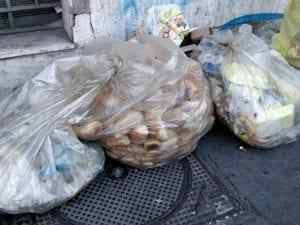 I sacchi di immondizia pieni di pane su via Giovanni Paisiello, al Vomero, alle spalle dello Stadio Arturo Collana. [Foto / Fanpage.it]