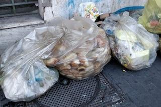 Vergogna al Vomero: sacchi pieni di pane abbandonati in strada