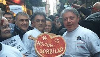 I pizzaioli di Napoli riuniti all'esterno della pizzeria di Gino Sorbillo dopo la bomba