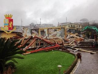 Napoli, dopo gli scontri tra polizia e residenti abbattute due ville abusive ai Camaldoli