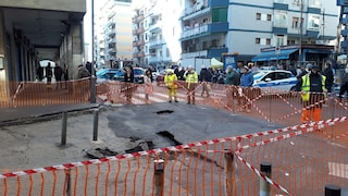 Rione Alto, grossa voragine in via Fragnito: strada chiusa per metà