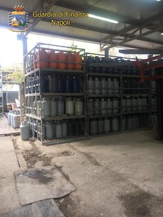 Napoli, bombole del gas a rischio esplosione e semivuote: denunciati gestori di depositi
