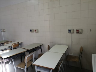Lezioni tra banchi troppo vicini e lavandini: l'aula improvvisata in una scuola elementare di Afragola