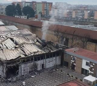 Incendio in una fabbrica ad Afragola: dopo 4 giorni c'è ancora fumo