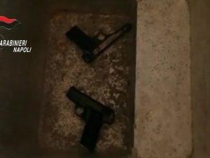 Le due pistole ritrovate accanto alla postazione di videosorveglianza allestita in un terrazzo del Rione Pontecitra di Marigliano.
