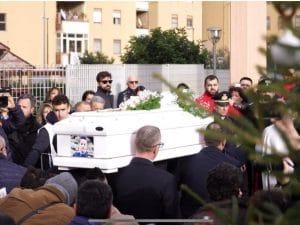 La bara del piccolo Giuseppe arrivata alla Chiesa di San Giuseppe a Pompei. [Foto / Fanpage.it]