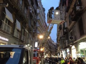 I vigili del fuoco al lavoro dopo la caduta dei calcinacci su via Chiaia. [Foto / Fanpage.it]