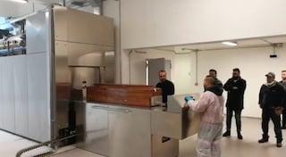 Napoli, il Comune inaugura il forno crematorio: conferenza stampa col morto da incenerire