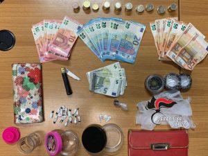 Droga, materiale di vario tipo e contanti recuperati dai carabinieri nel Rione Traiano.