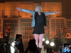 Emma Marrone al Palasele di Eboli durante il concerto. [Foto / Facebook @Emma Marrone]