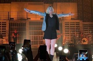 """Emma Marrone in concerto al Palasele di Eboli infiamma i fan e grida: """"Aprite i porti"""""""