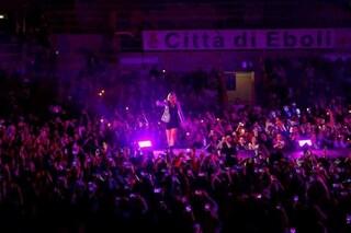 """Emma Marrone grida dal palco """"Aprite i porti"""": fan entusiasti, ma sui social tanti insulti"""